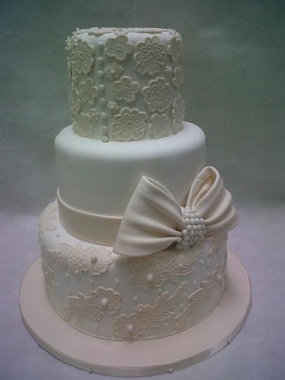 lace and bow wedding cake