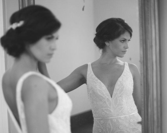 The bride in front of the mirror
