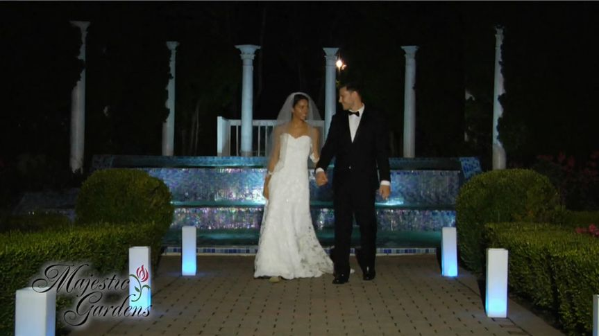 800x800 1486227339664 couple in front of fountain