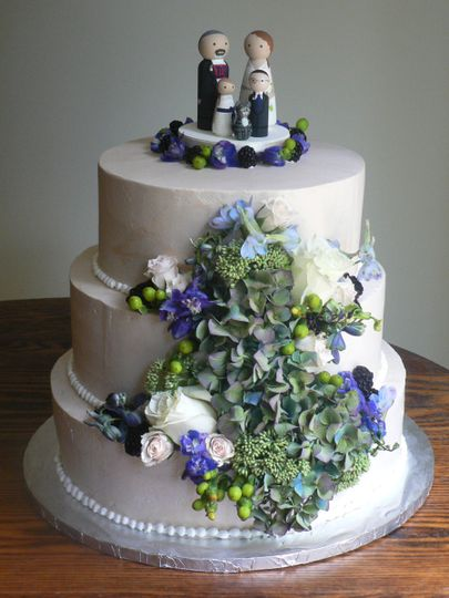 Vine decorated cake with family topper