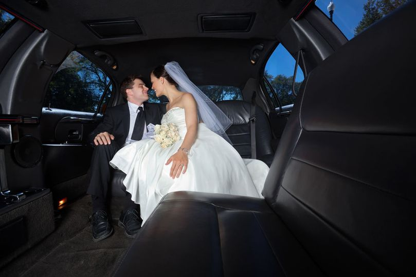 b036b7056409b8de 1531255972 396dcb753b461bd2 1531255972456 1 Wedding Limo Small