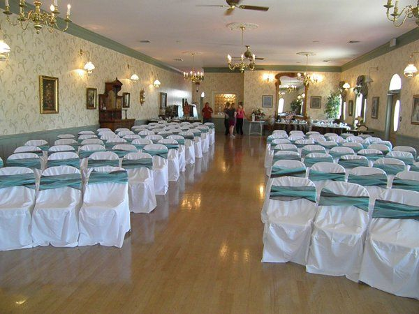 The hall easily accommodates up to 120 people.