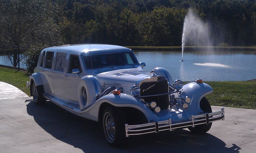 limo with fountain in background
