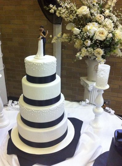 piping wedding cake