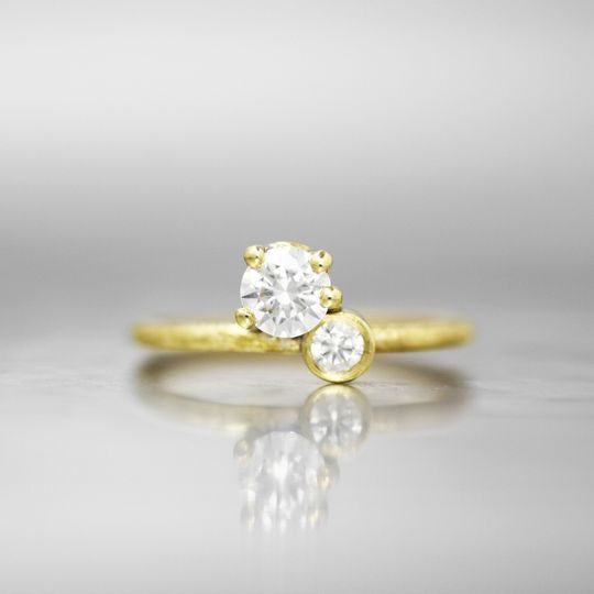 MADRIDA twist on a classic prong setting, this solitaire has an unexpected accent that creates a...