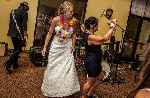 bride shaking it w band