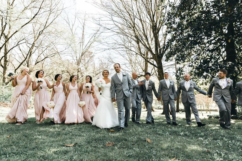 Group photo with the groomsmen and bridesmaids | Photo by T and K Photography