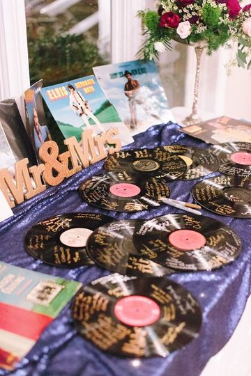 Record themed invitations | Photo by JOPHOTO