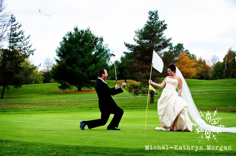 Fun photo with couple on the golf course