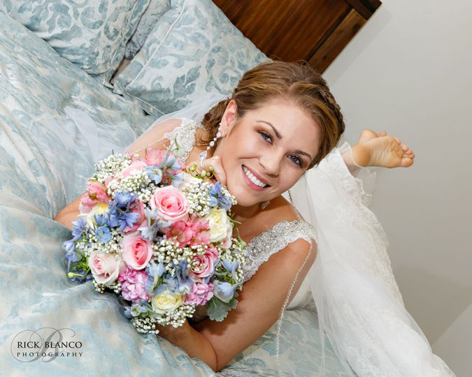 88aa5d6629397c51 1519676160 691ec9540145fada 1519676140166 1 bride laying on be