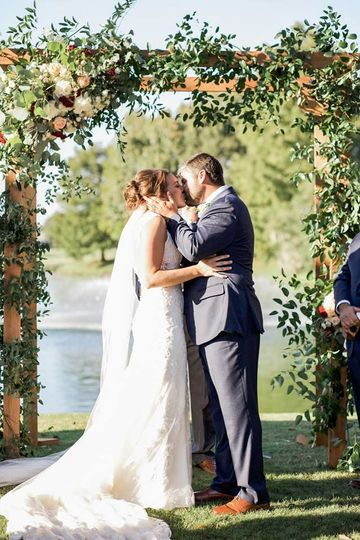Kiss by the arch