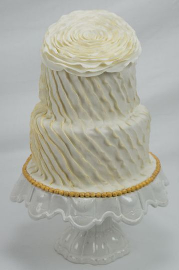 This fluer ivoire wedding cake is reminiscent of the Roaring 20s.