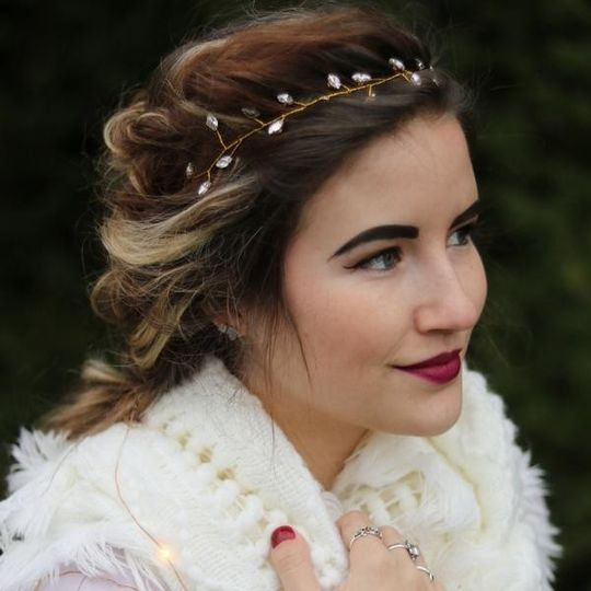Headbands of Hope offers beautiful headbands or hair pin for every bride - Modern, Classic, Rustic...