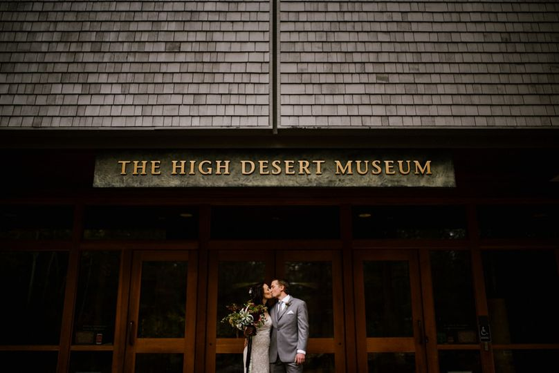 couple in front of museum 51 526207