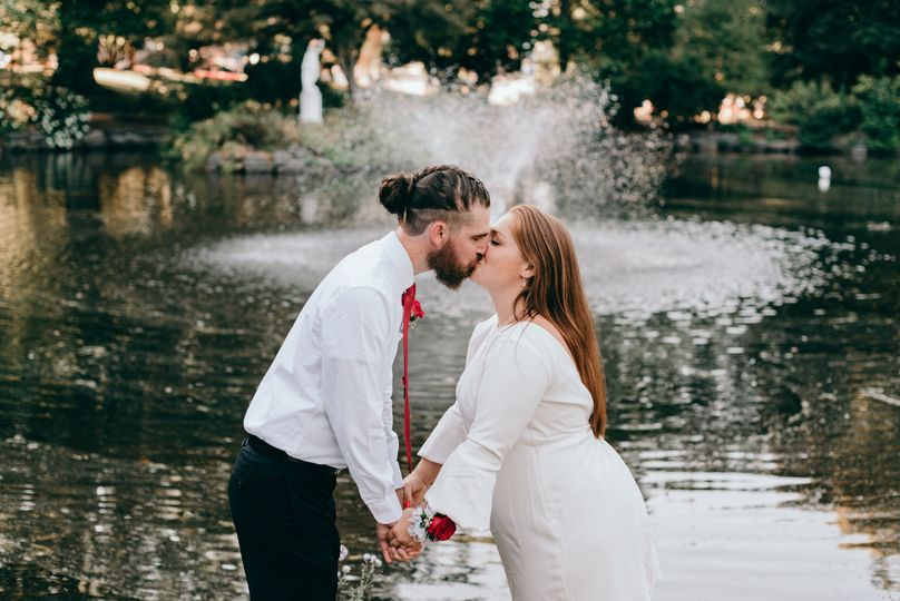 Kiss in front of the fountain