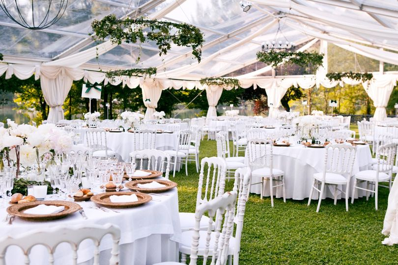 Outdoor wedding linen decor
