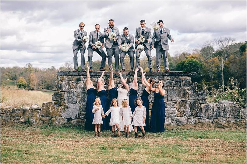 Group photo with the bridesmaids and groomsmen