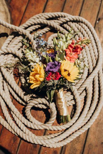 Unforgettable wedding flowers - photo by Katelyn Mallett