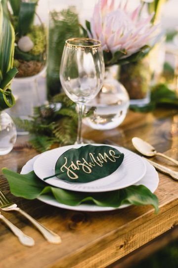 Gold calligraphy leaf place card.