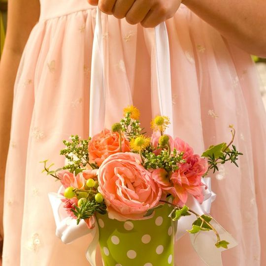 Sweet flower girl baskets coordinate with the aisle flowers in CathysWraps vase hung with ribbon.