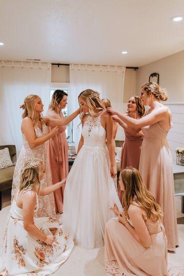 Bridal prep with the ladies