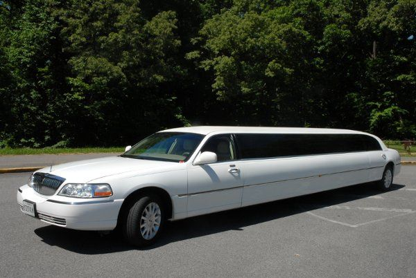 Beautiful 12 passenger limousine , inlcude ice, soft drinks, real glasses and much more......