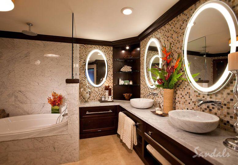 A large, luxurious bathroom