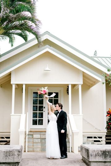 Newlyweds kissing | Jesse and James Photography