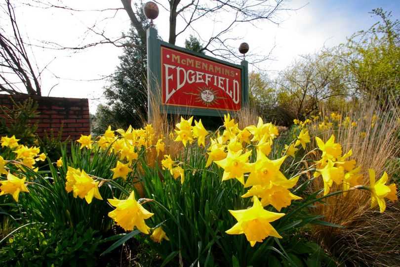 edgefield sign with daffodil