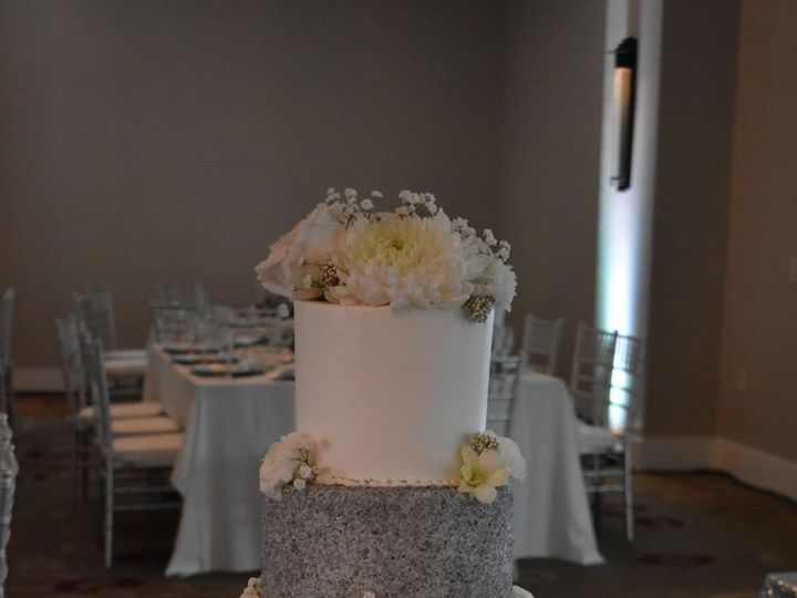 Tmx 1536272597 23c49e5b50055dce 1536272594 5f2890cf2cd8e30e 1536272583000 17 DSC 0554 Wixom, MI wedding cake