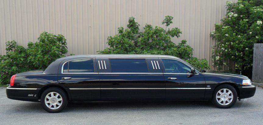 Lincoln Towncar 8-passenger limousine