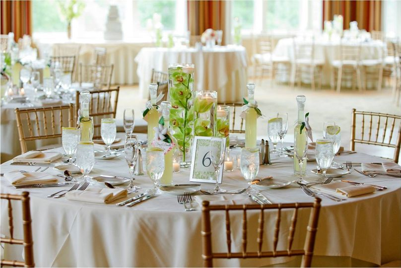 Table setting and chiavari chairs