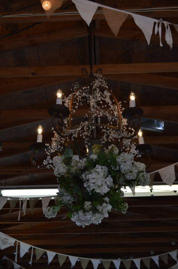Barn weddings are the perfect opportunity to mix rustic & chic!