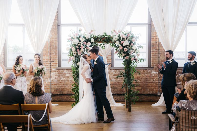 Sweet couple | Arch by Flowers for Dreams