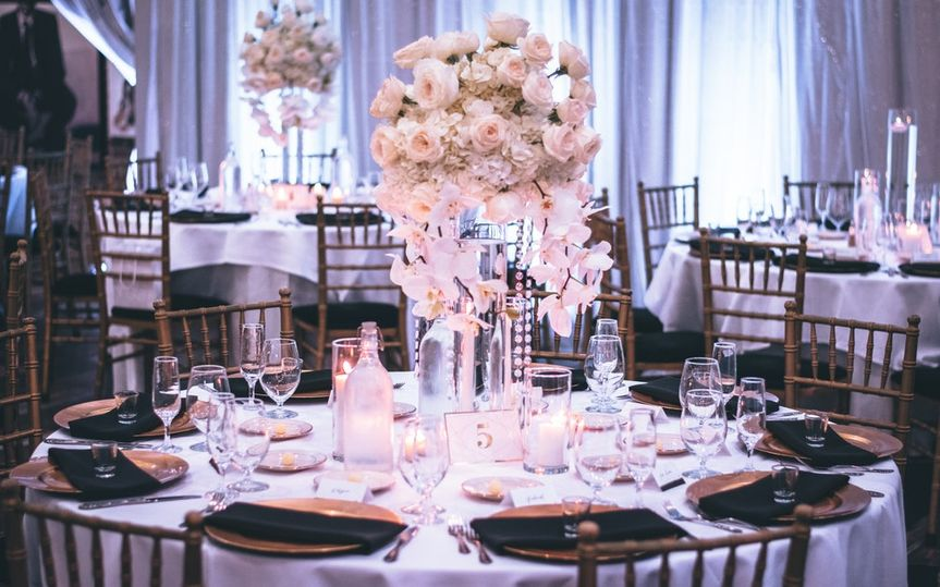 pink and white roses centerpiece on top of table 1616113 51 1945537 160799674655724