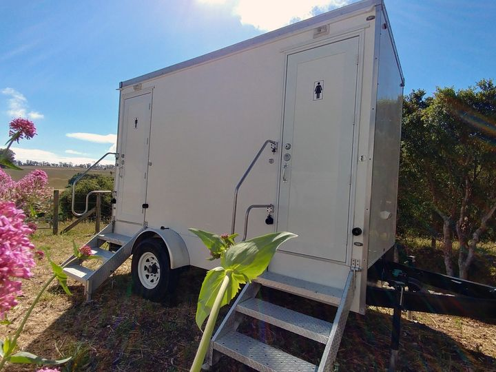 Tmx Luxury 2 Stall Portable Flushing Restroom Trailer Exteriors Fancyflush Luxuryrestroomtrailer 5 51 722737 158327982444756 Santa Rosa, CA wedding rental