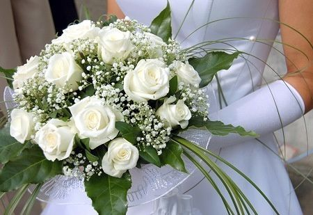 1e5fc98948e78e84 white roses wedding bouquet 1
