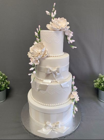 Ivory & white wedding cake