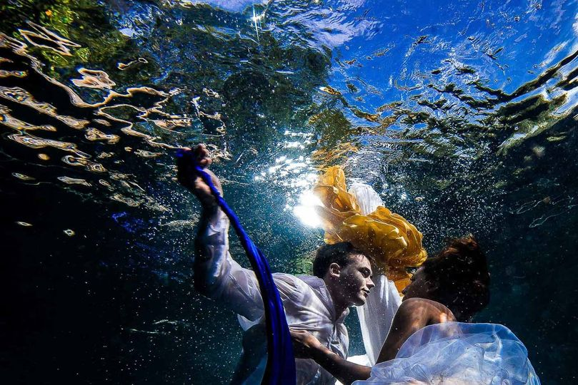 rebecca and kyle trash the dress underwater 32 o