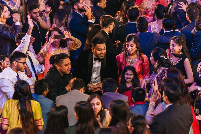DJ Gee = Packed dance floor