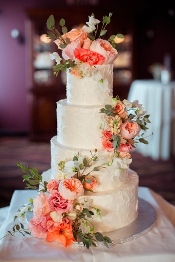 Flower decorations on the wedding cake