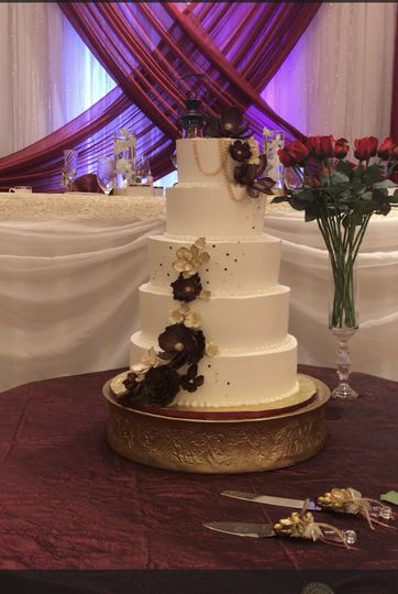 Cake with burgundy and gold