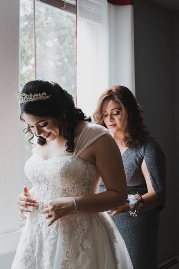 A bride getting ready - Claudia V Ayala Photography