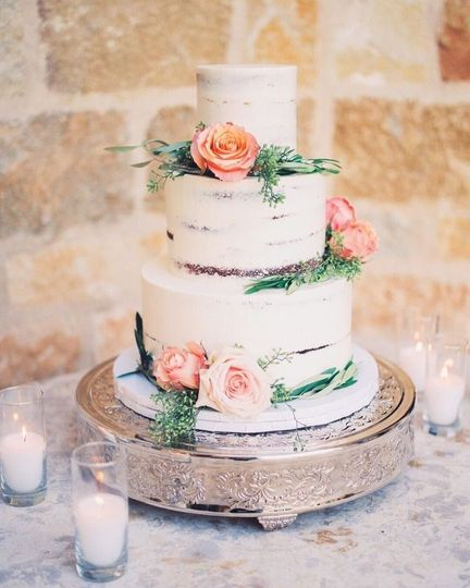 Naked cake with floral décor