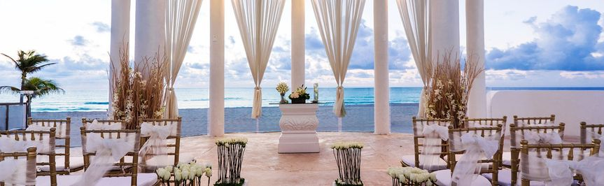 Statuesque ceremony in Cancun