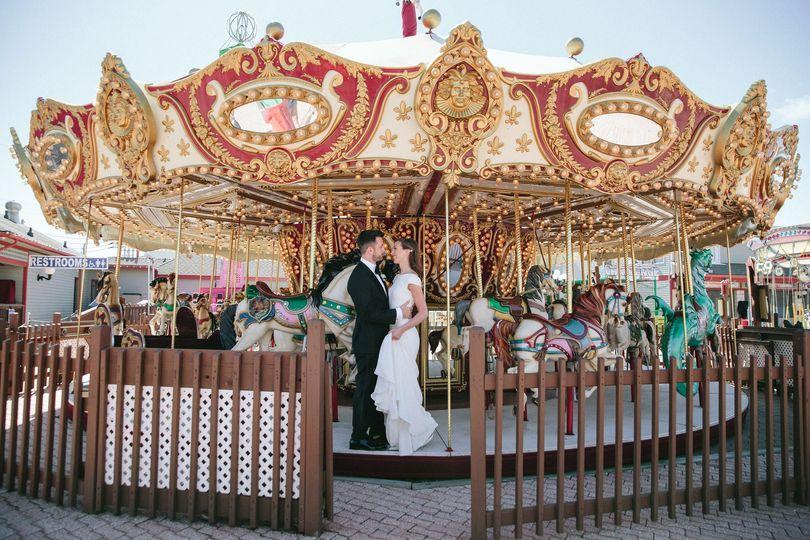 Kissing on the carousel | Sasithon Photography