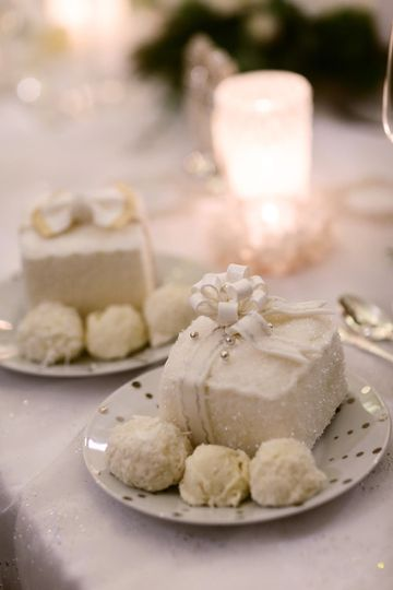 Individual present cakes with snowball ice cream
