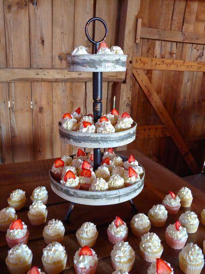Barn Wedding cupcakes