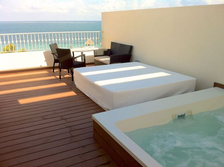 Jacuzzi at the deck