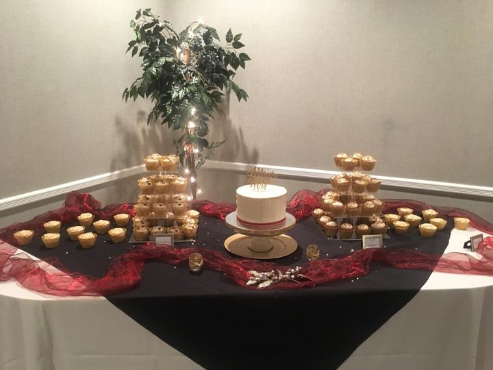 Small cake w/cupcake display